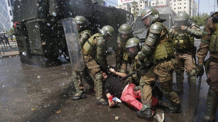 Après trois jours d'émeutes meurtrières, paralysie et craintes au Chili