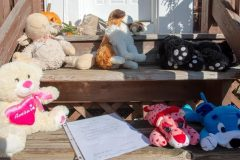 Des résidants rendent hommage aux jeunes victimes d'un drame familial à Montréal