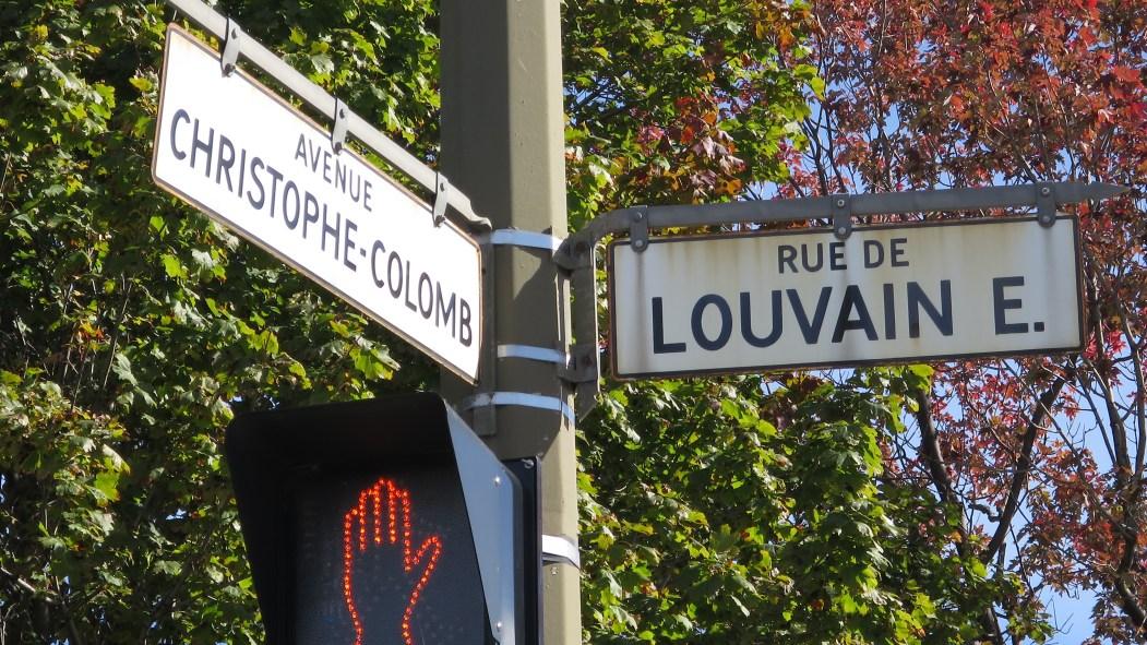 Logement sur le site Louvain Est. Panneaux de rue Louvain/Christophe-Colomb