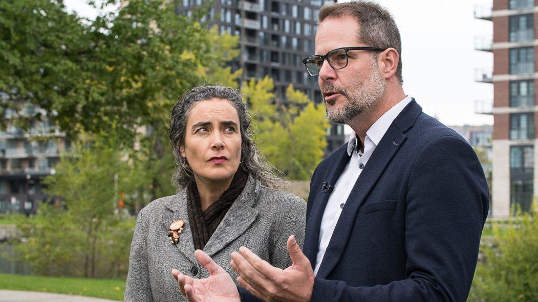 Alexandre Boulerice et Sophie Thiébaut, candidats du NPD, devant des édifices à logement.