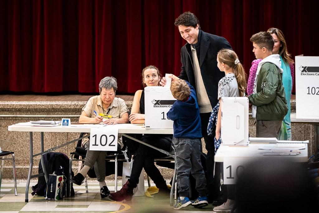 Justin Trudeau dépose son bulletin de vote dans sa circonscription de Papineau, avec sa conjointe Sophie Grégoire-Trudeau et ses enfants.