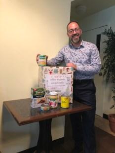 Donald Boisvert directeur de la Corbeille tenant une boite de dons