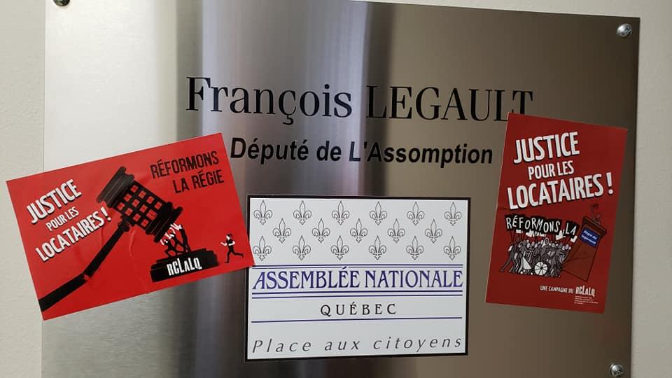 Des collants du RCLALQ apposés au bureau du premier ministre François Legault