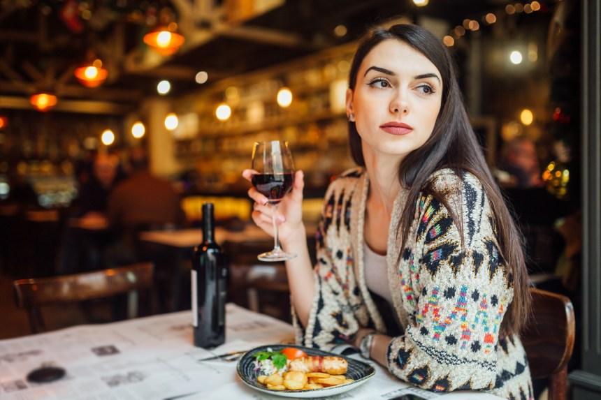 Transgresser les normes, une coupe de vin à la main