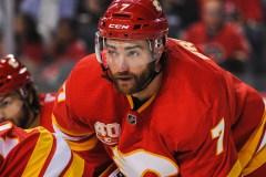 Le défenseur des Flames T.J. Brodie est hospitalisé après avoir subi un malaise