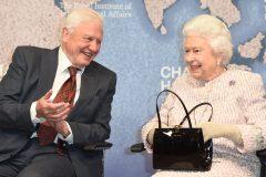 Elizabeth II récompense Attenborough pour sa série «Planète bleue»
