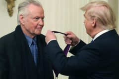 Trump remet sa première Médaille des arts à Jon Voight