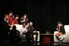 Rachid Badouri échange avec des jeunes adeptes de radio à l'École Calixa-Lavallée