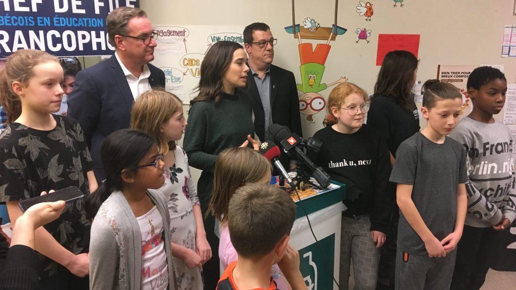 Les élus Laurence Lavigne-Lalonde et Jean-François Parenteau, entourés d'élèves d'une école. La Ville de Montréal lance un projet pilote de collecte du compost dans les écoles.