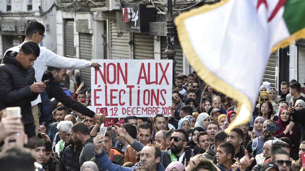 Présidentielle en Algérie: les étudiants défilent par milliers à J-2