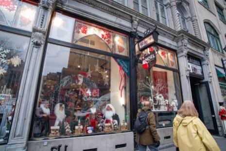 Noël Éternel a pignon sur la rue Notre-Dame Ouest dans le Vieux-Montréal.