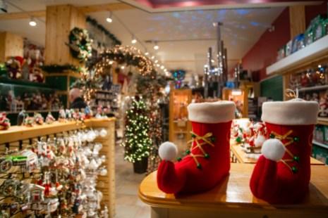 La boutique compte une sélection impressionnante d'objets de Noël.