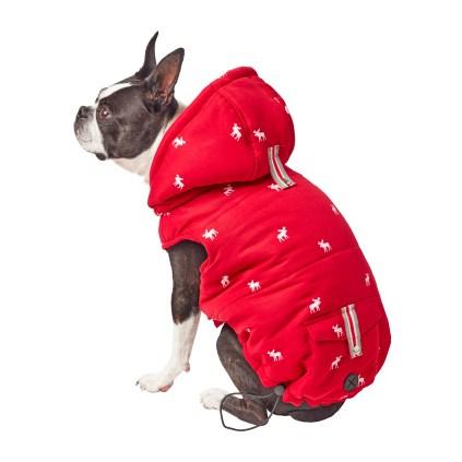Manteau d'hiver Ce mignon manteau à motif d'orignal pour chiens fera craquer les passants au cours de votre prochaine marche. Il est muni d'une petite poche sur le dos, idéale pour recevoir un sac à déchets. Taille: petit, moyen et grand. À partir de 17$, chez Homesense