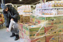 Des centaines de personnes confectionnent les paniers de Noël de Moisson Montréal
