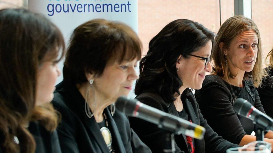 La ministre Sonia LeBel, troisième à partir de la gauche, est accompagnée de trois autres femmes élues à l'Assemblée nationale.