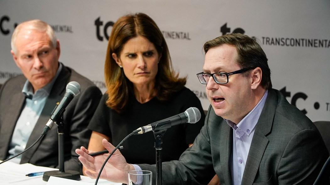 Benoit Chartier (à droite), représentant d'Hebdos Québec, ainsi qu'Isabelle Marcoux et François Olivier, de TC, lors d'un point de presse du front commun pour la défense du Publisac