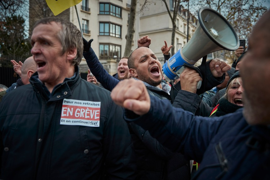 France: concessions sur les retraites, opposition toujours virulente