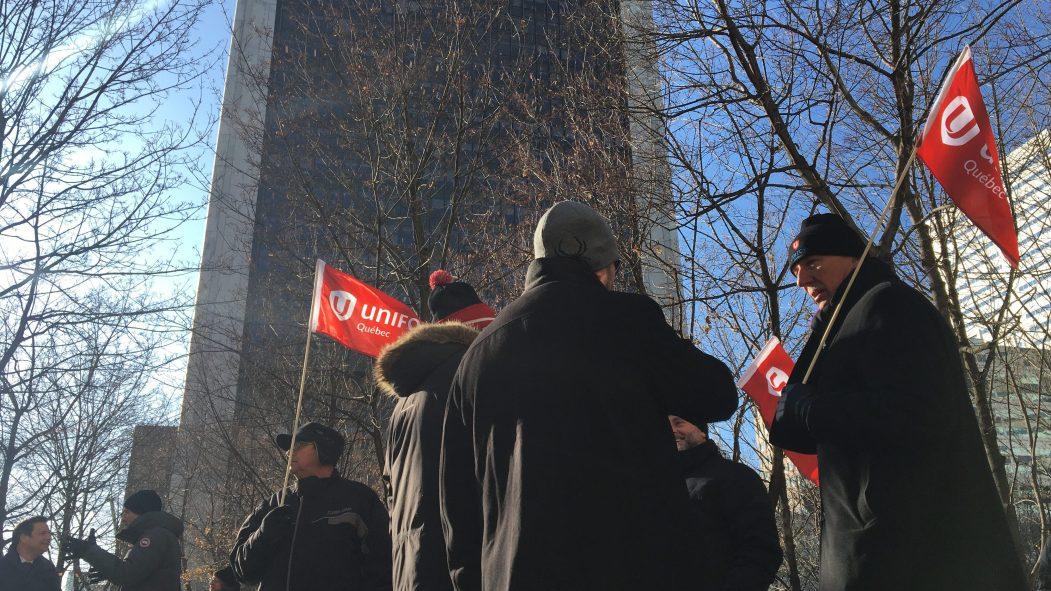 Des travailleurs retraités de La Tribune et Le Quotidien, deux journaux de GCM, manifestent devant la Tour de la Bourse, qui abrite notamment les bureaux de Power Corporation.