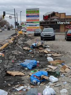 Amas d'ordures près d'une place commerciale à Cartierville