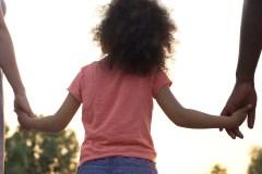 Congés d'adoption: la «méconnaissance» du gouvernement décriée