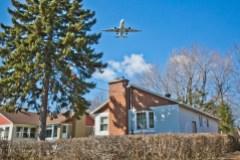 Un avion au dessus des maisons