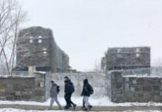 Des élèves de l'école Sophie-Barat passent devant les ruines de l'ancien internat