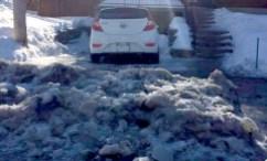 Une voiture bloquée par un amas de glace