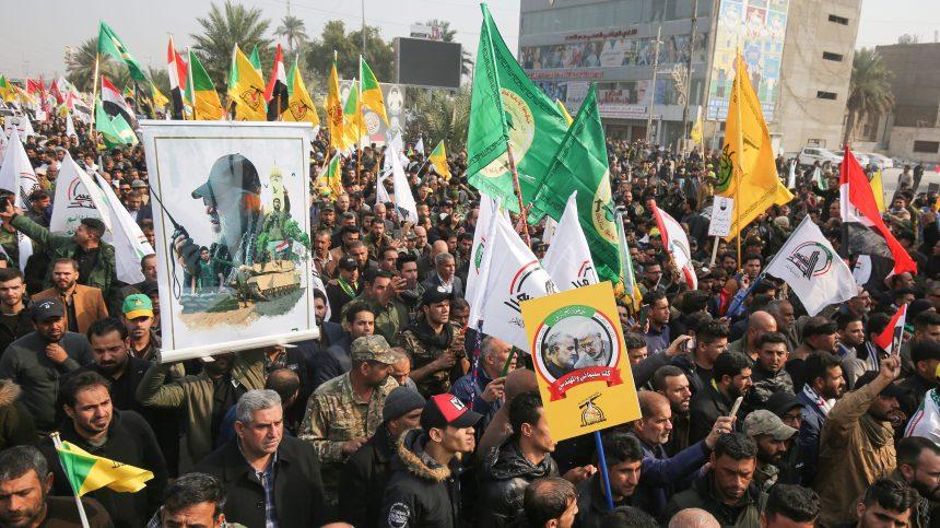 Une foule d'Irakiens aux obsèques du général iranien tué par Washington