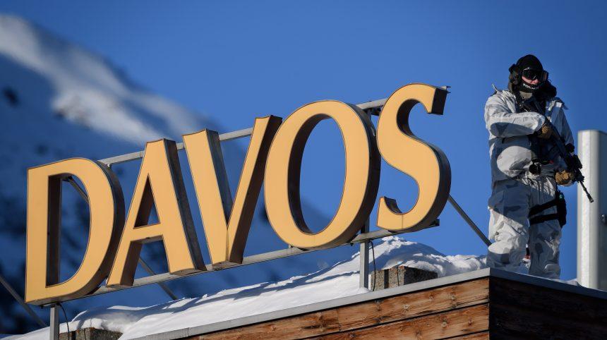 Davos: des milliards pour les énergies fossiles, dénonce Greenpeace