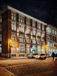 Hôtel UVille vu de l'extérieur en pleine nuit