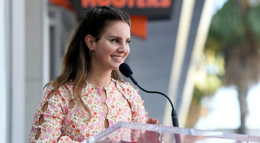 Lana Del Rey reporte la sortie de son album de poésie après un cambriolage