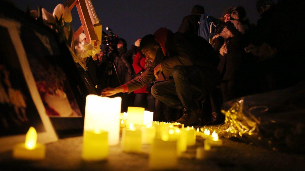Des Canadiens tiennent une vigile à Ottawa en mémoire des victimes du vol.