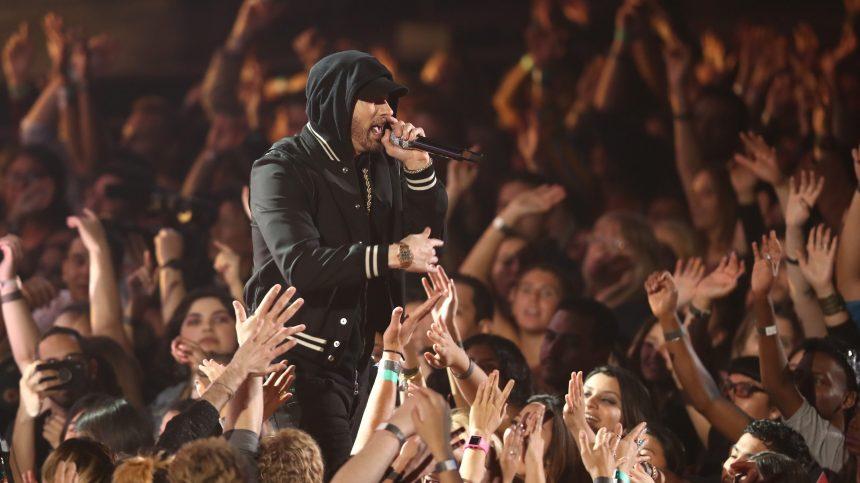 Eminem prêche contre les armes à feu dans son album surprise