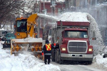 Cinq arrondissements du nord-est de Montréal déclenchent un chargement de la neige