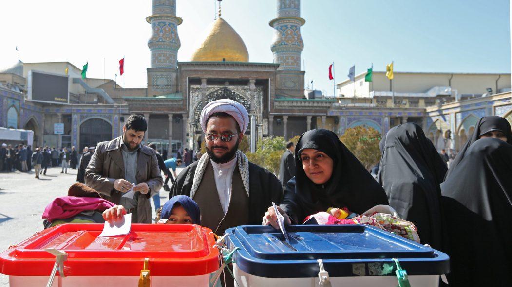 Des Iraniens déposent leur bulletin de vote lors des élections législatives en Iran.