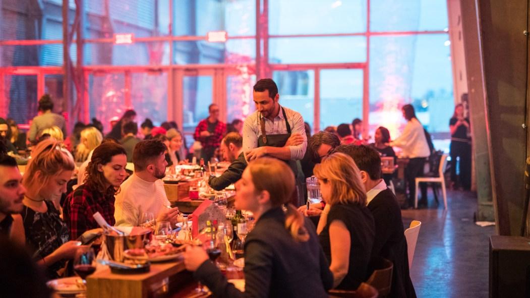 Des participants mangent lors de l'événement Chef à l'érable dans le Vieux-Montréal