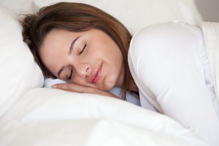 S'endormir avec un vêtement imprégné de l'odeur de sa moitié: la clé d'un meilleur sommeil?