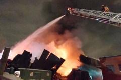 Violent incendie dans un entrepôt de Saint-Laurent