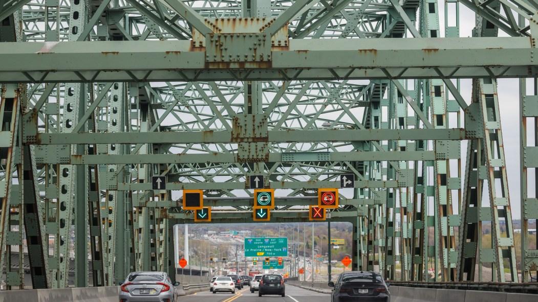Des voitures circulent sur l'ancien pont Champlain.