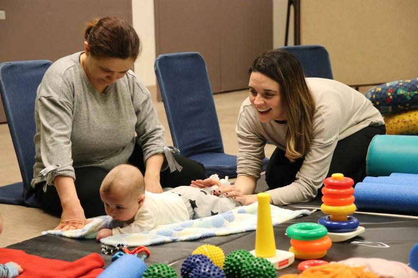 Briser l'isolement des mères et stimuler les bébés de six mois et moins