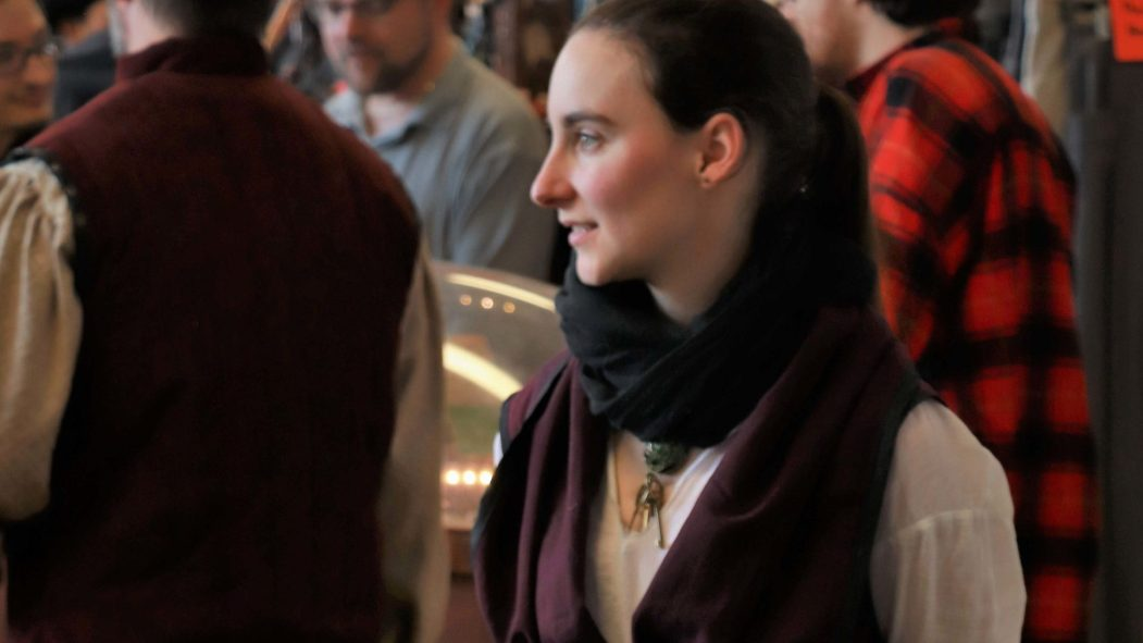 L'auteure Marie-Jeanne-Chaplain-Corriveau de tient devant ses livres lors d'un événement.