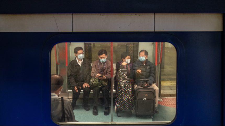 Coronavirus: Shanghai proche d'être confinée, premier mort à Hong Kong