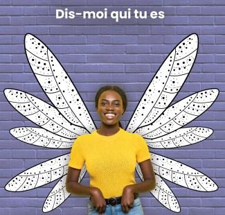 Jeune fille devant un dessin d'ailes