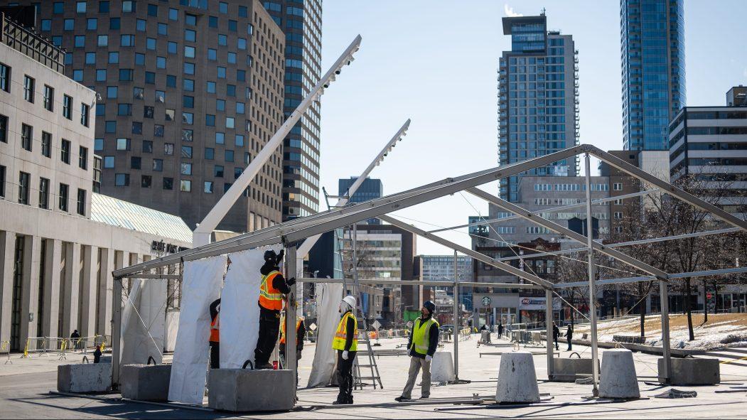 Les tentes étaient en pleine installation dans le Quartier des spectacles, dimanche.