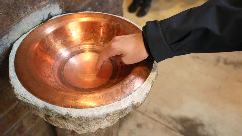 «Videz l'eau bénite»: le coronavirus met des lieux de culte sur le qui-vive