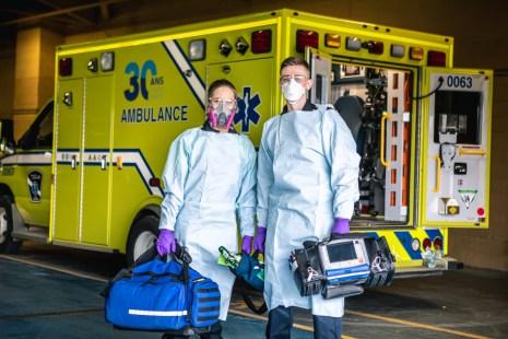 Deux paramédics d'Urgences-Santé.