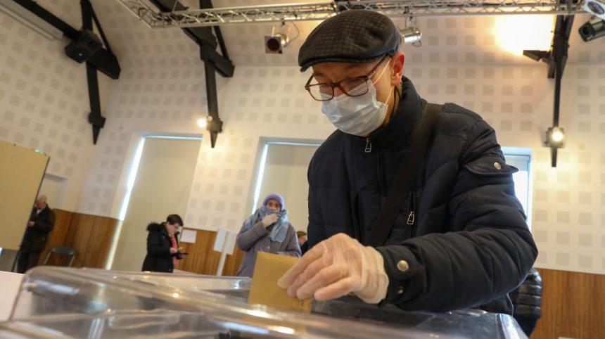 Conséquence du coronavirus, les élections municipales françaises mobilisent peu