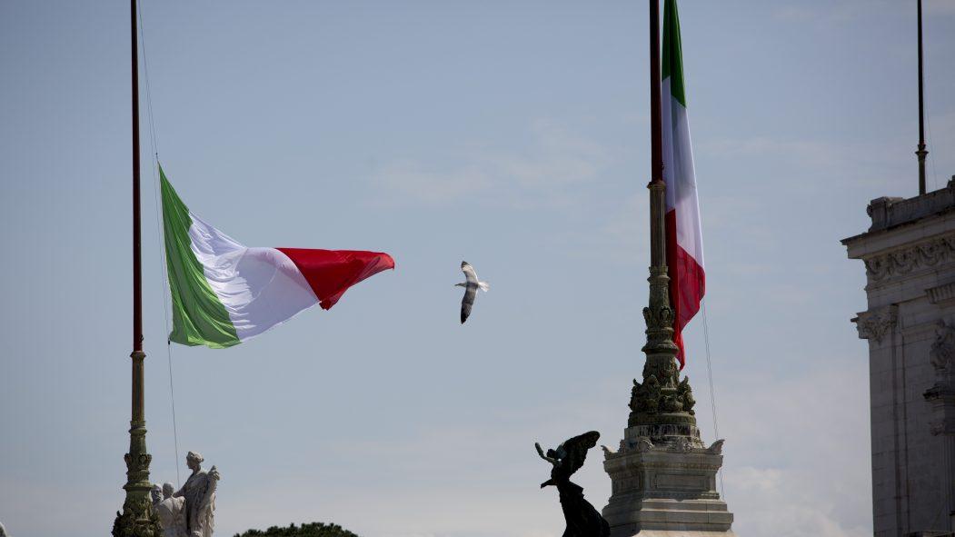Italie: hommages aux victimes du coronavirus et aux soigants
