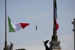 L'Italie rend hommages aux victimes du coronavirus et aux soignants