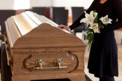 Le coronavirus mène au virage numérique des salons funéraires
